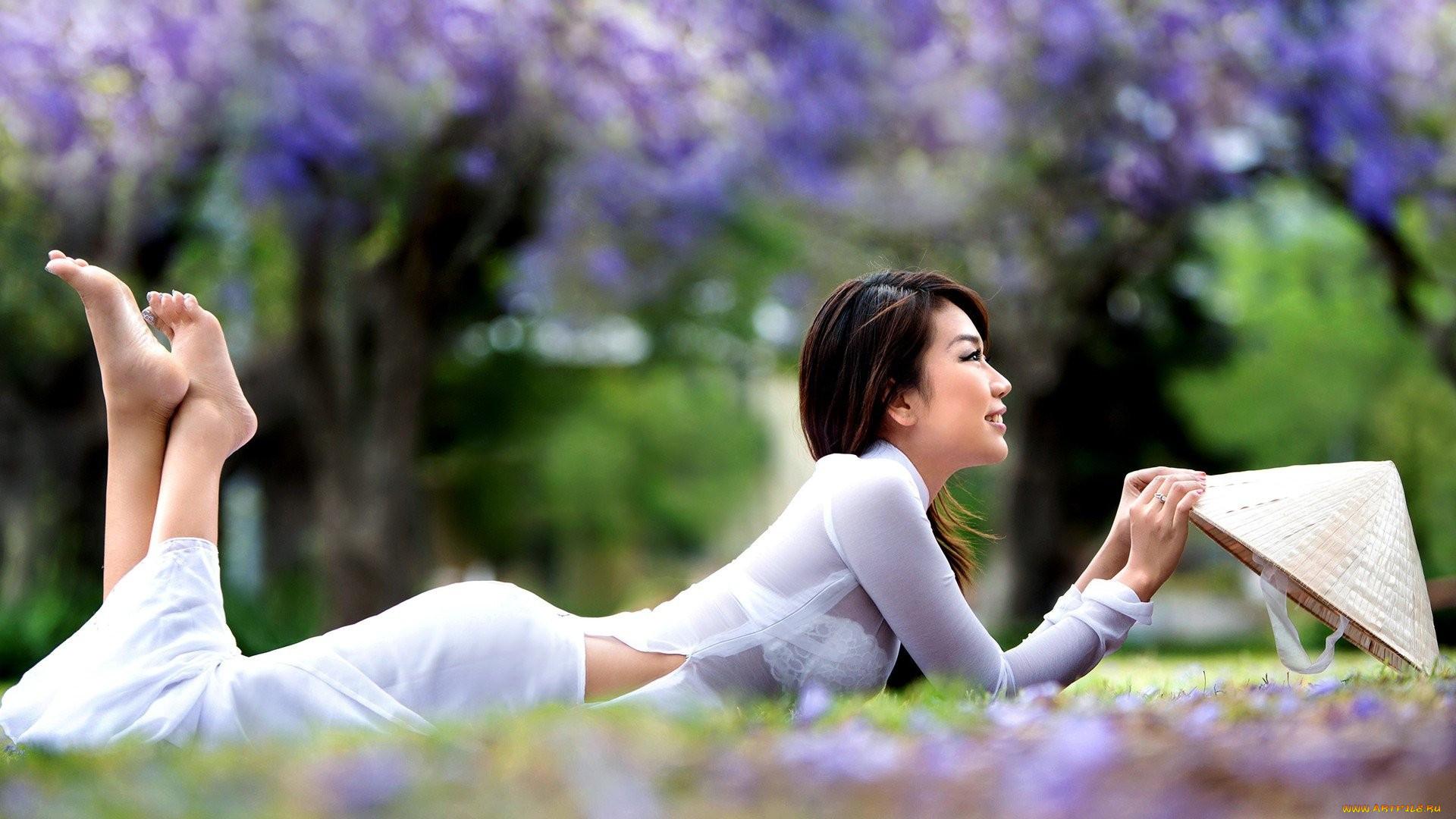Asian girls praying — img 3